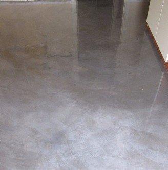Suolo pavimentato in resina di colore grigio