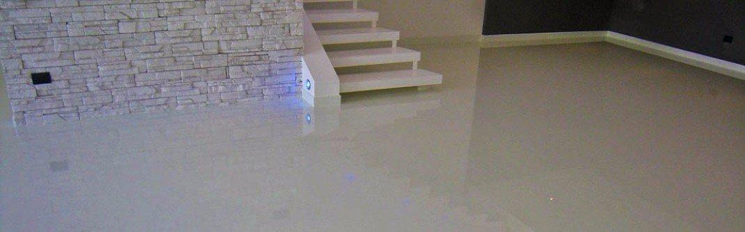Salone pavimentato in resina di colore crema