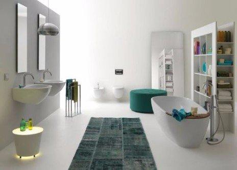 Bagno bianco, doppio lavabo, vasca e pratica scaffale