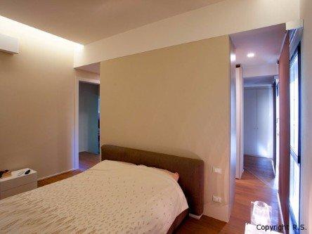 Camera da letto con pavimento in legno dipinto di colore beige