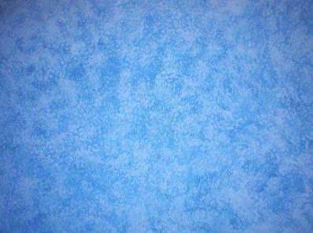 Parete blu dipinta con una tecnica che mantiene la parete fresca
