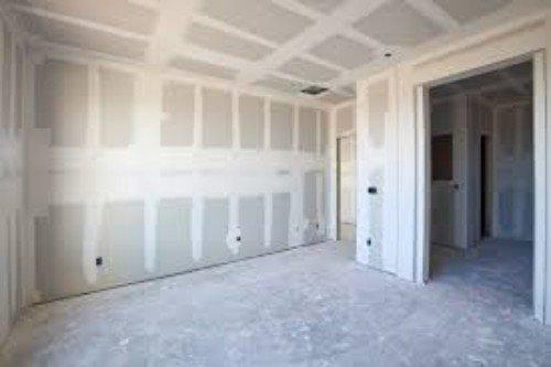 Casa a punto di essere dipinta, pavimenti, pareti e soffitti preparati