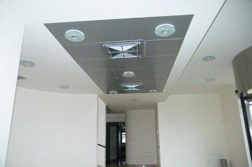 Tetto decorato con placche di metallo e luci halogenas