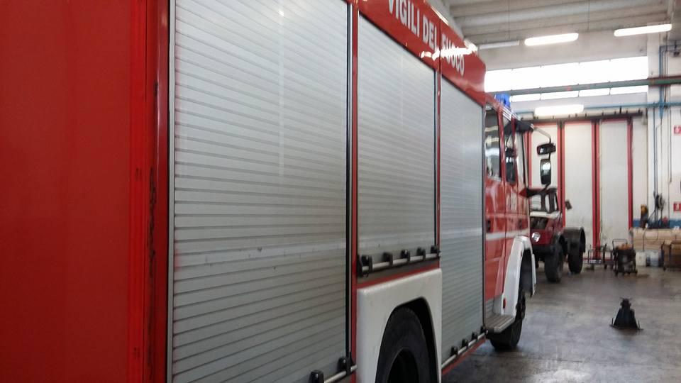 Vista laterale del camion dei vigili del fuoco