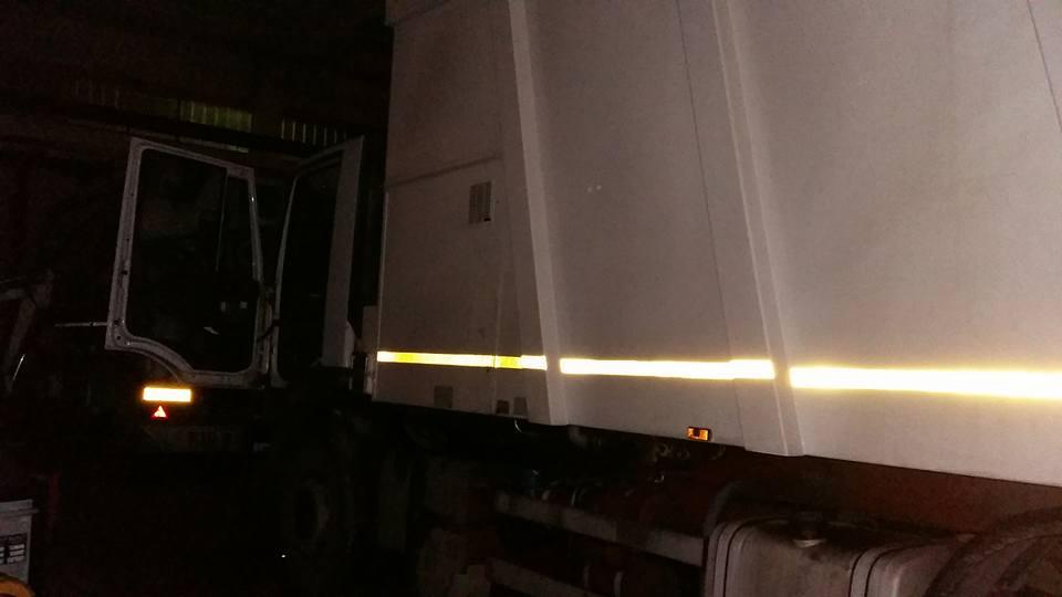 vista laterale di un camion con la portiera aperta