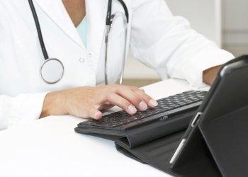 una veterinaria alla scrivania con un tablet