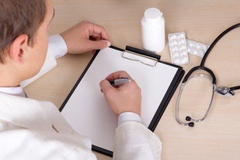 un dottore mentre scrive su un rilievo di scrittura
