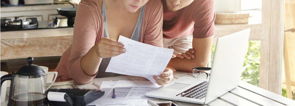 coppia analizza documenti fiscali
