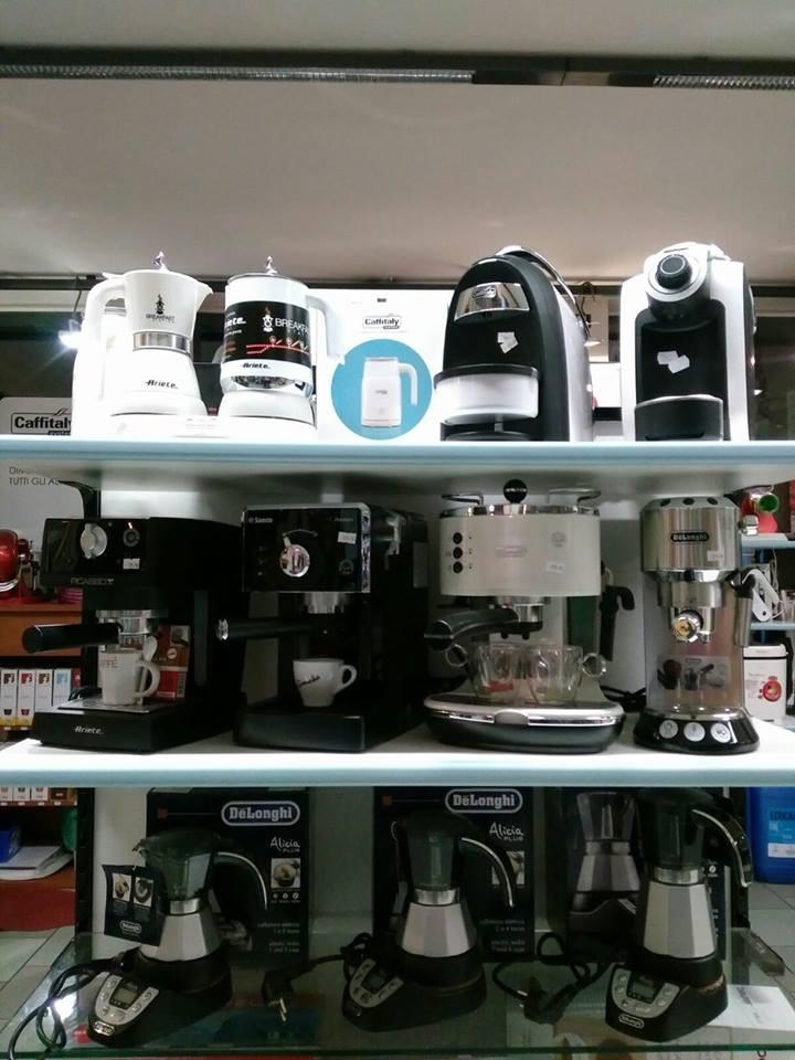 macchine per il caffè esposte su uno scaffale