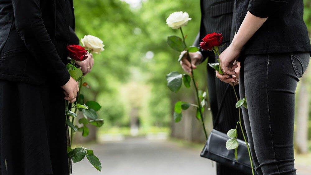 persone in piedi con rose in mano