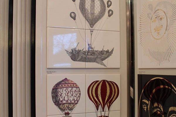 Campioni delle piastrelle con disegni di paracadute, barche e sole