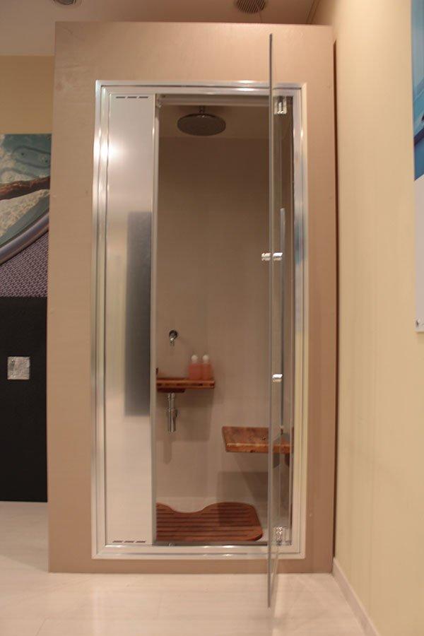 Una sauna con una porta di vetro