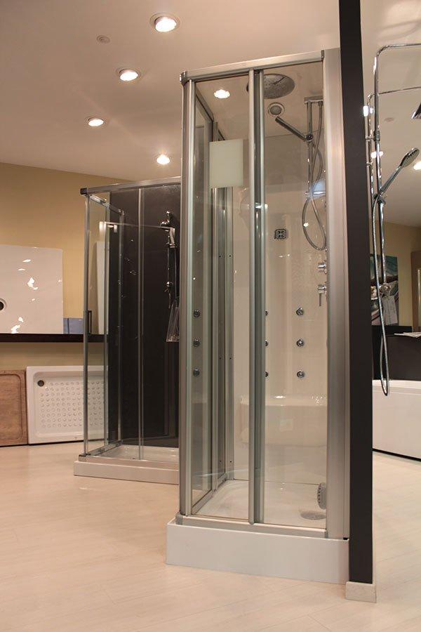 alcuni box doccia all'interno di uno showroom