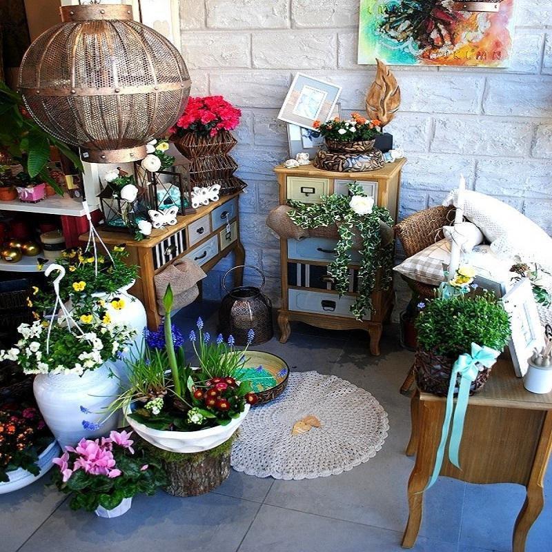 angolo di un fiorario con vasi di fiori e idee regalo