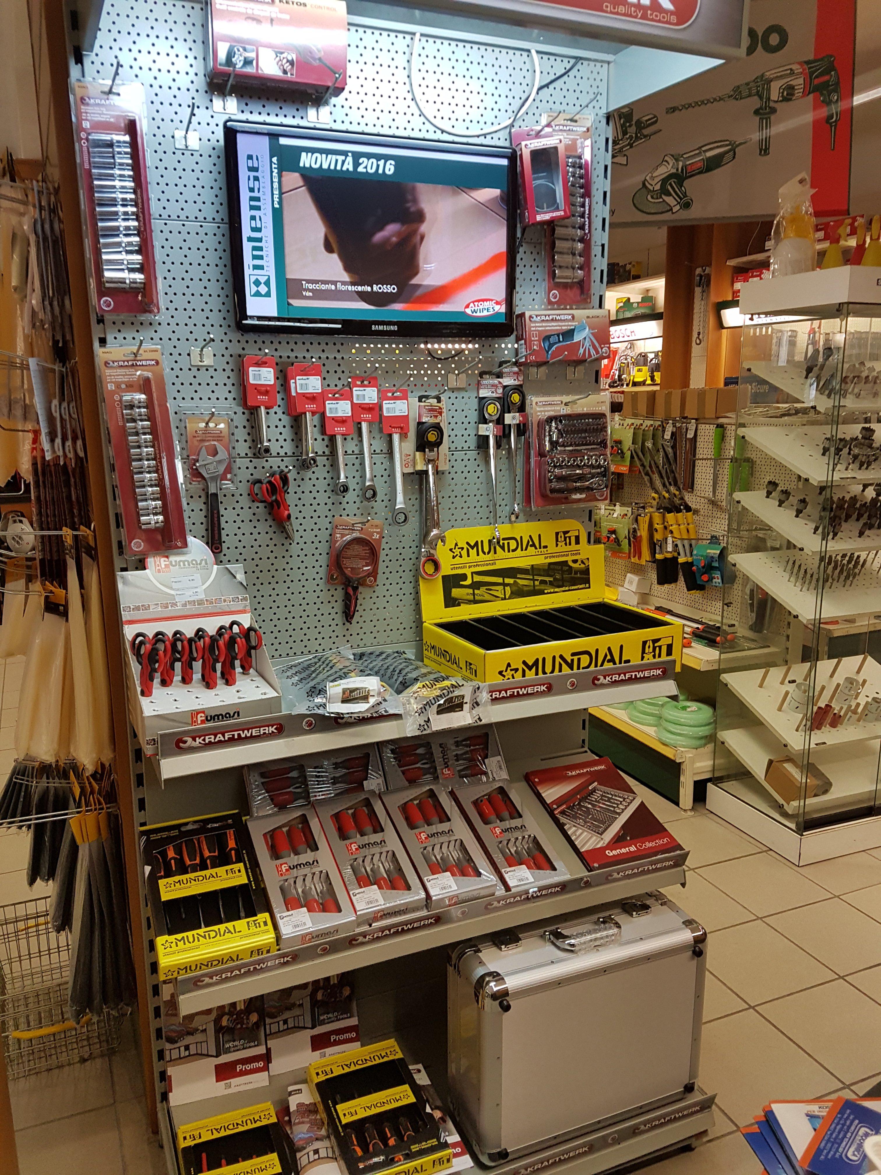 interno di ferramenta con prodotti per la casa