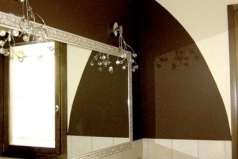 muro marrone e bianco con lampade moderne