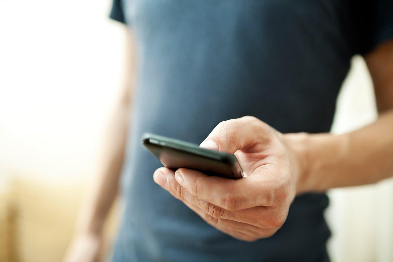 persona con in mano un cellulare