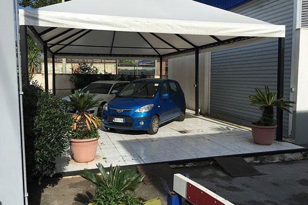 una macchina blu sotto un bersò