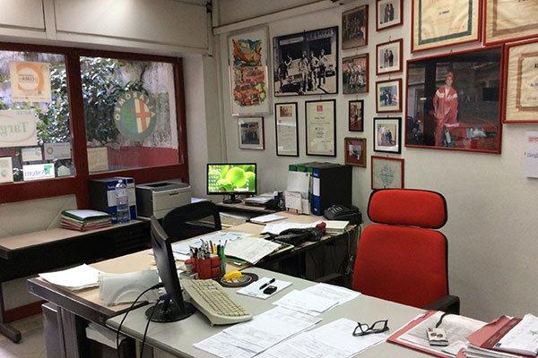 interno dell'ufficio con una scrivania, una sedia rossa e un monitor