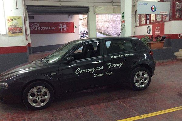 una vettura nera con scritto Carrozzeria Firenze Natale Terzo