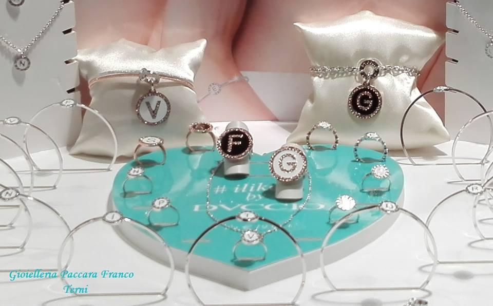 bracciali e anelli in esposizione