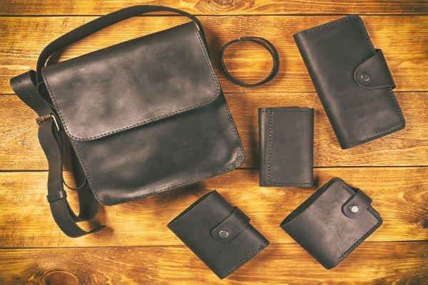 Borsetta, portafoglio,portamonete,portachiavi e cintura di pelle nera