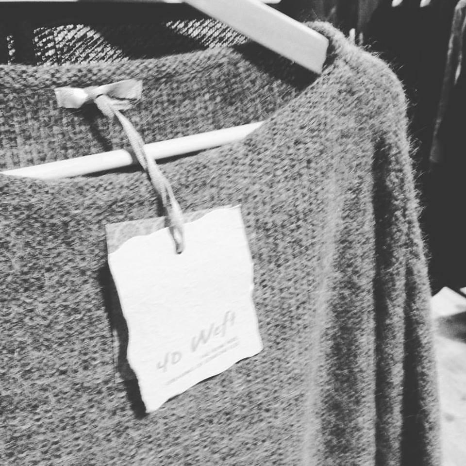 una maglia grigia su di una stampella