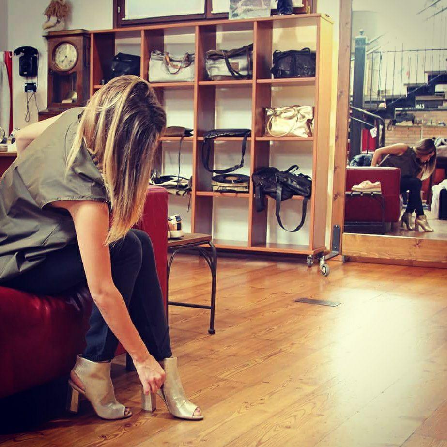 ragazza che calza le scarpe