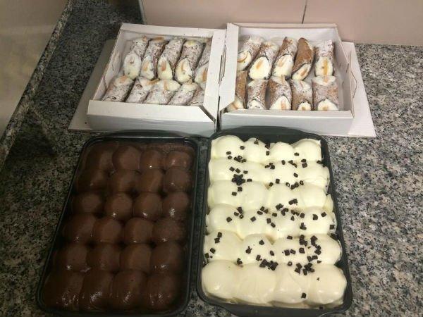 dei cannoli siciliani in scatola e altri dolci