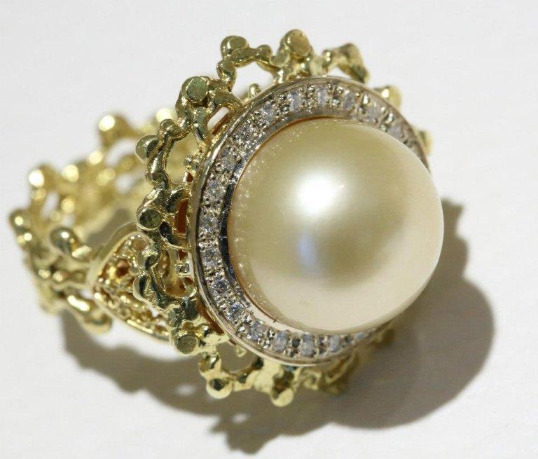 anello in oro giallo con perla e diamanti