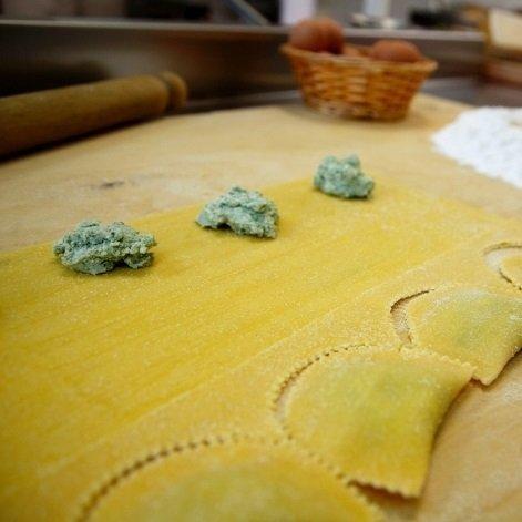 dei ravioli a forma mezzaluna