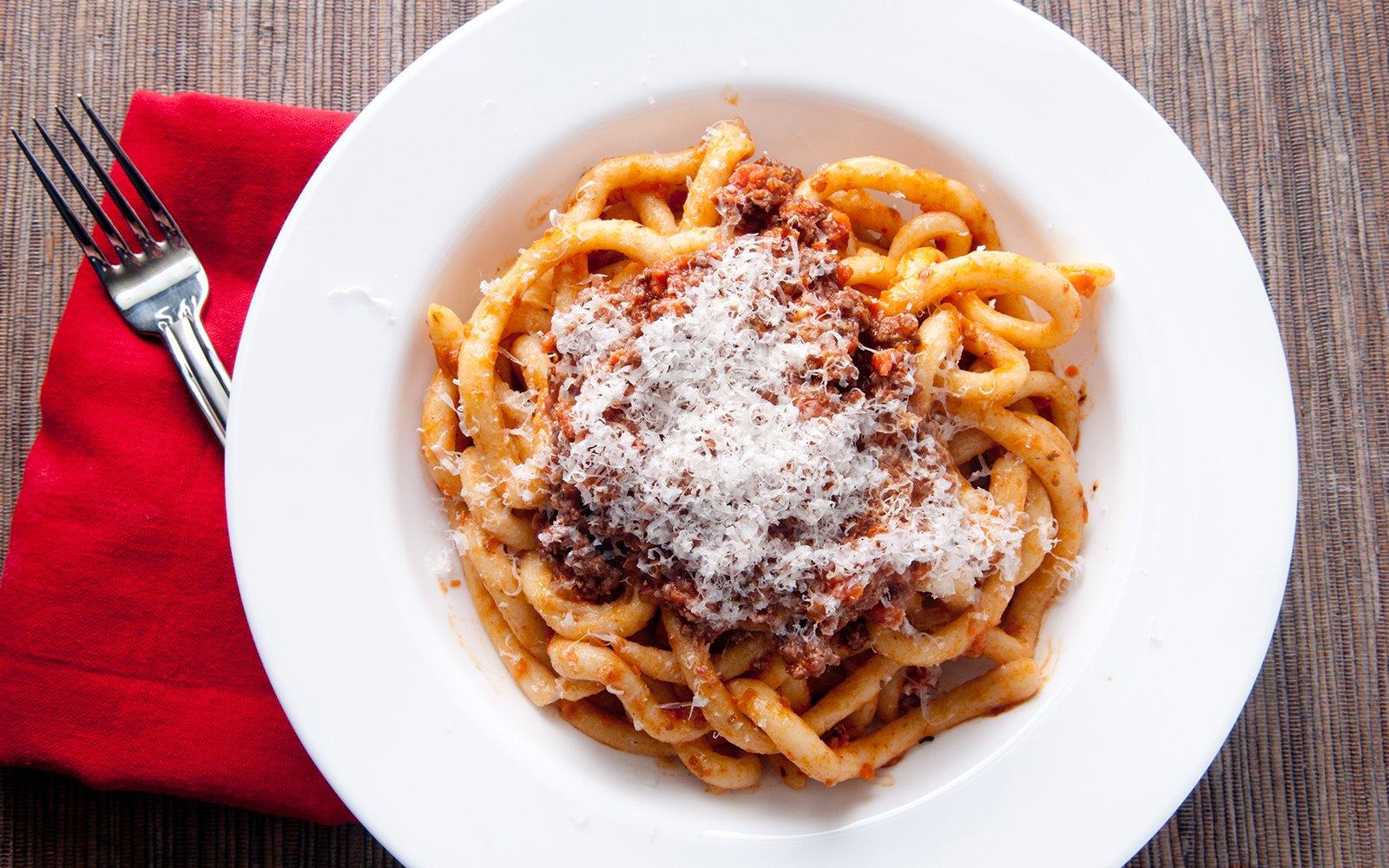 Un piatto di pasta con ragù