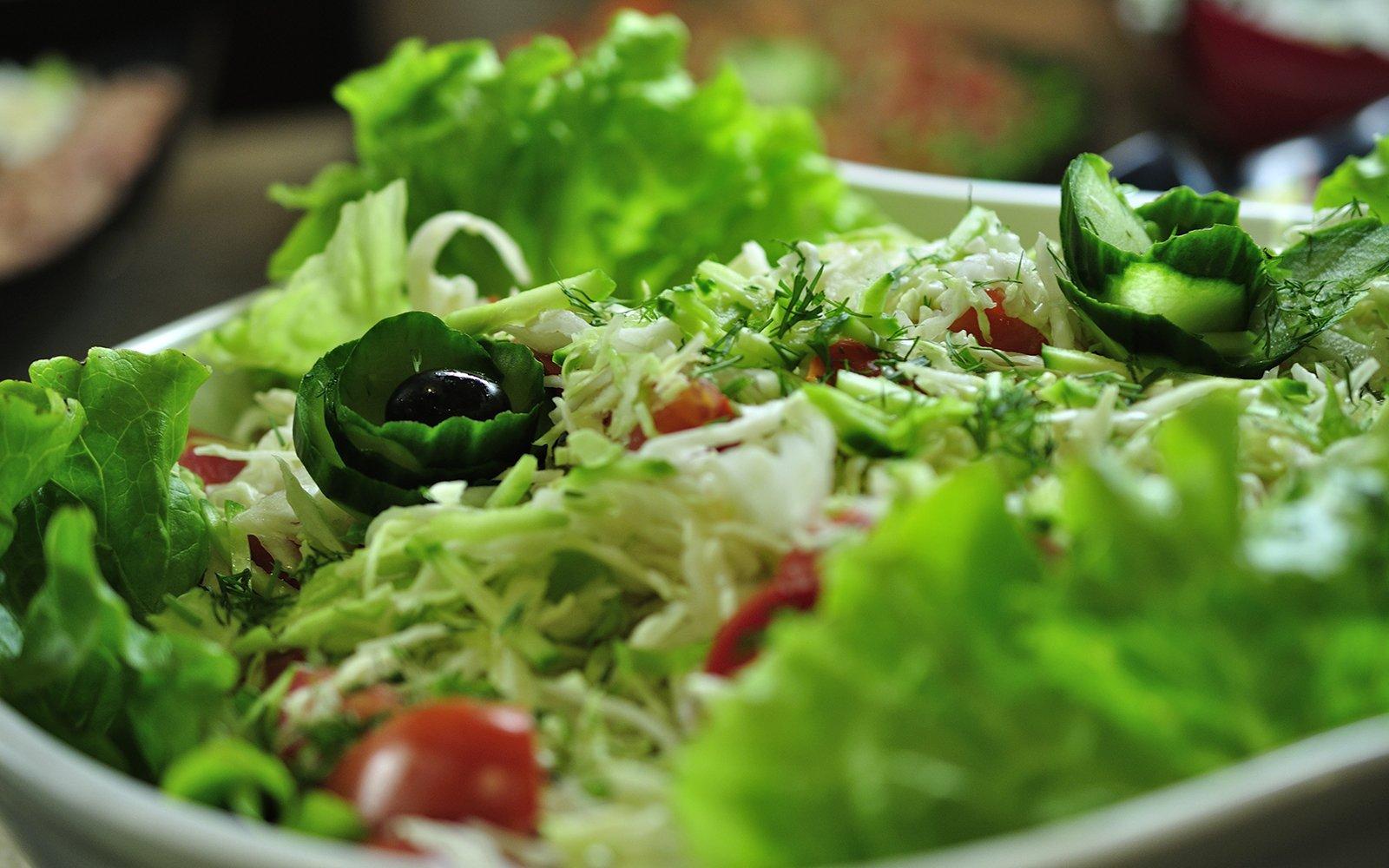 Una insalatiera con insalata e pomodorini