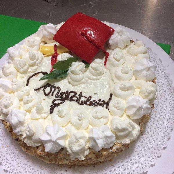 Una torta con scritto congratulazioni