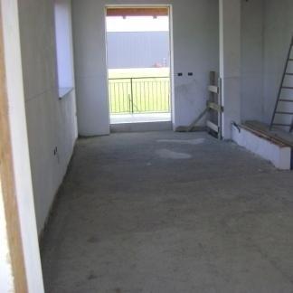 L'interno (sala) pronto per ricevere l'impianto di riscaldamento a pavimento.