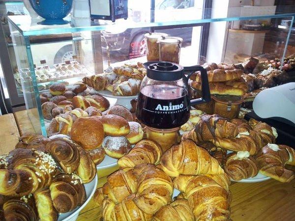 dei croissant e una brocca di caffè'