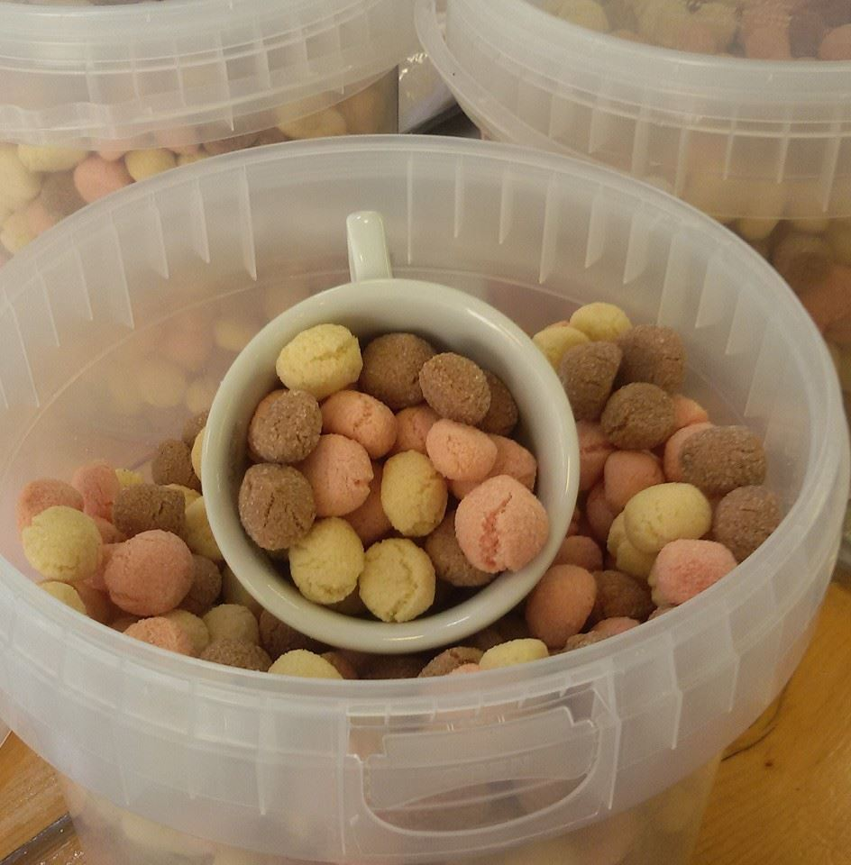 dei biscotti di color marrone,rosa e giallo
