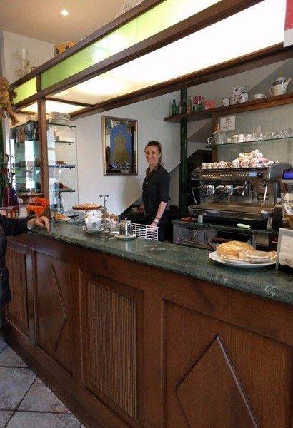 donna al bancone della caffetteria