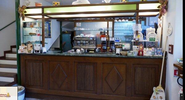 Vista frontale del bancone della caffetteria