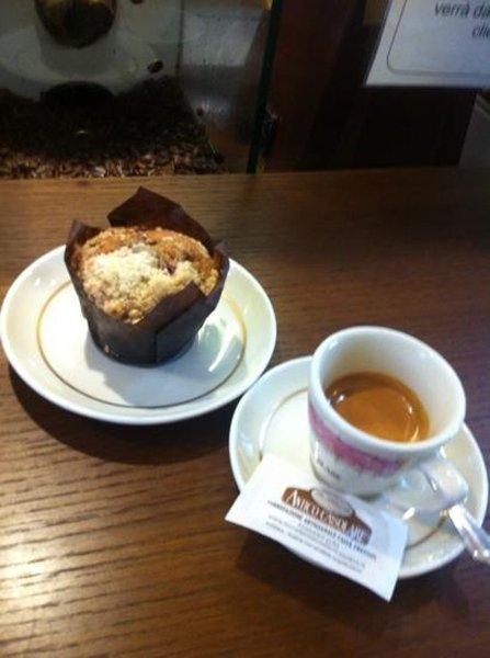 Tazzina di caffè e muffin