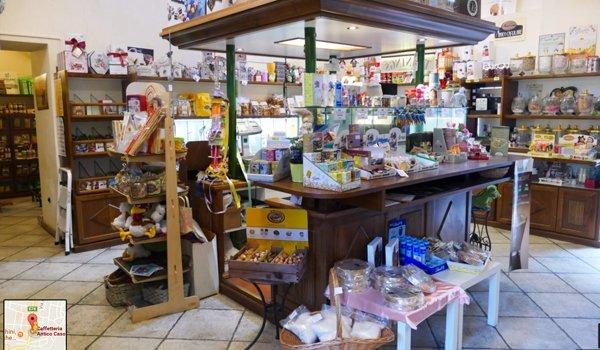 diversi tipi di prodotti alla caffetteria su bancone e espositori