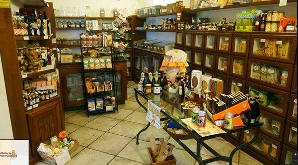 area interna della caffetteria con vini e dolci in esposizione