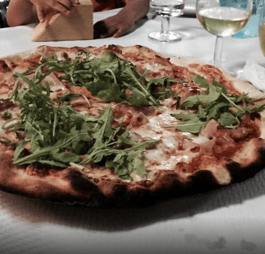 pizza in bianco con la rucola