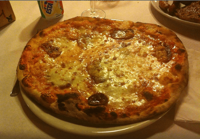 pizza con la salsiccia fresca