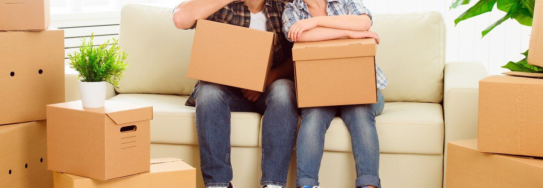 coppia con delle scatole seduta su un divano
