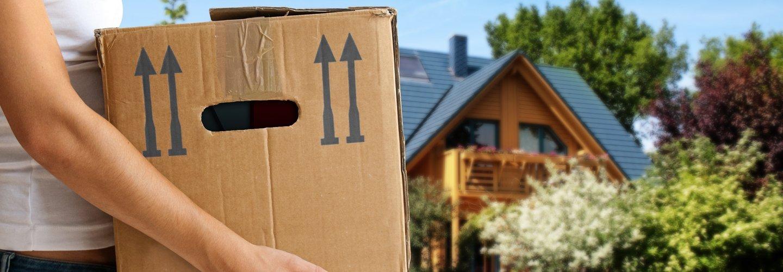 Una donna che trasporta una scatola
