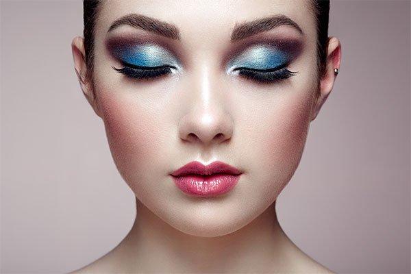 una ragazza con gli occhi chiusi e un ombretto di color blu