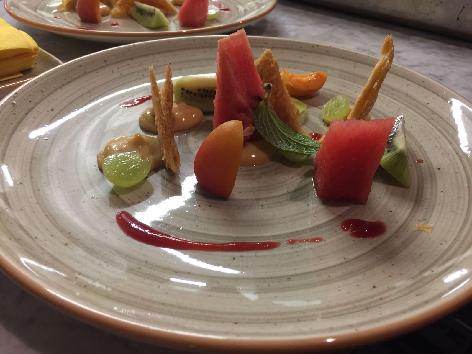 Piatto con pesce e guarnizioni di frutta