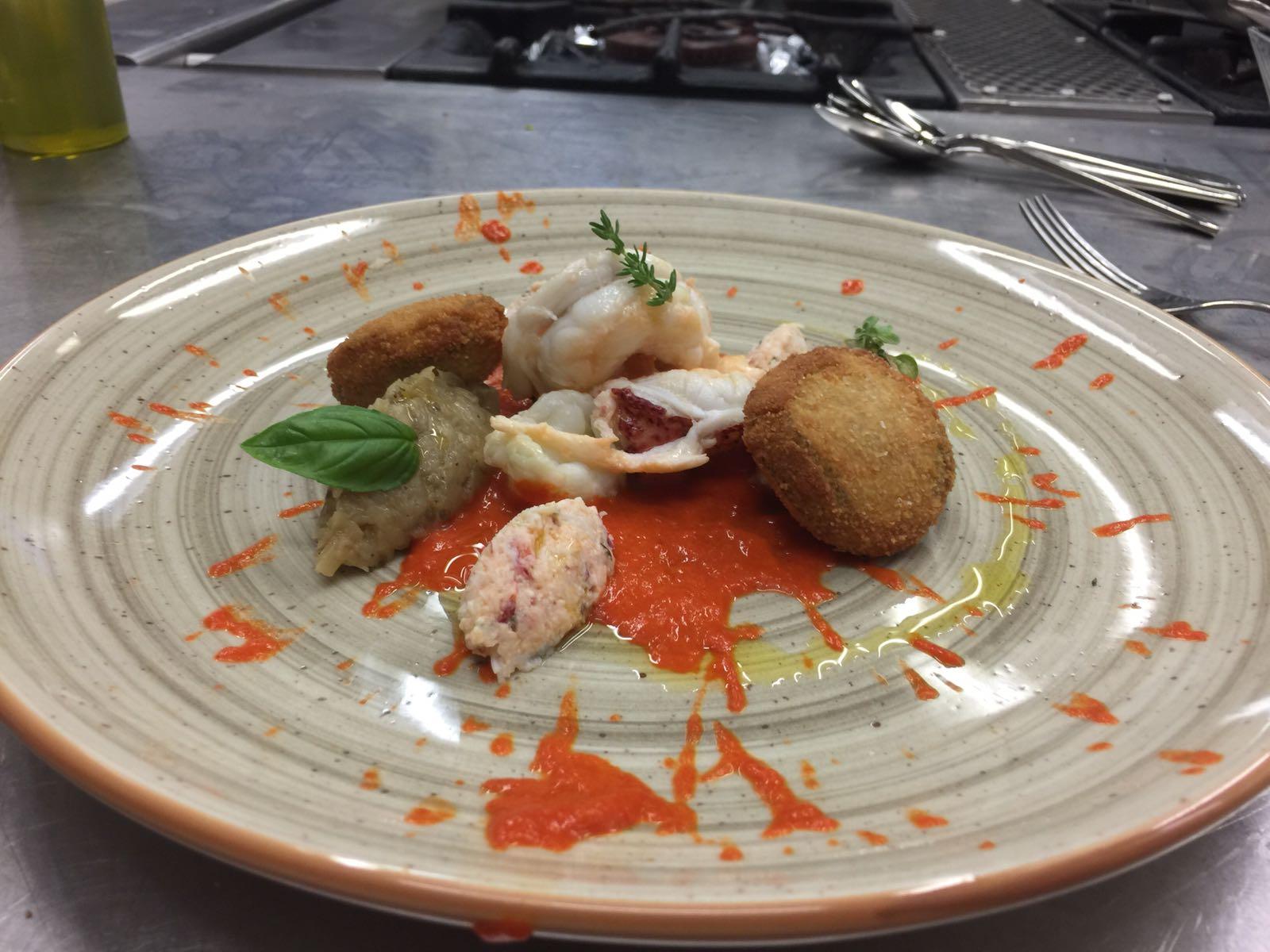 Piatto con pesce guarnito con salsa rossa