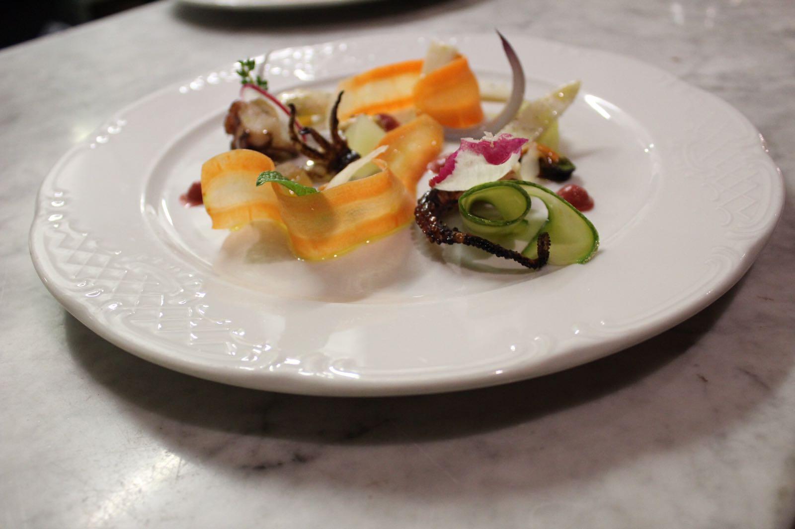 Piatto di crudité con carote e zucchine